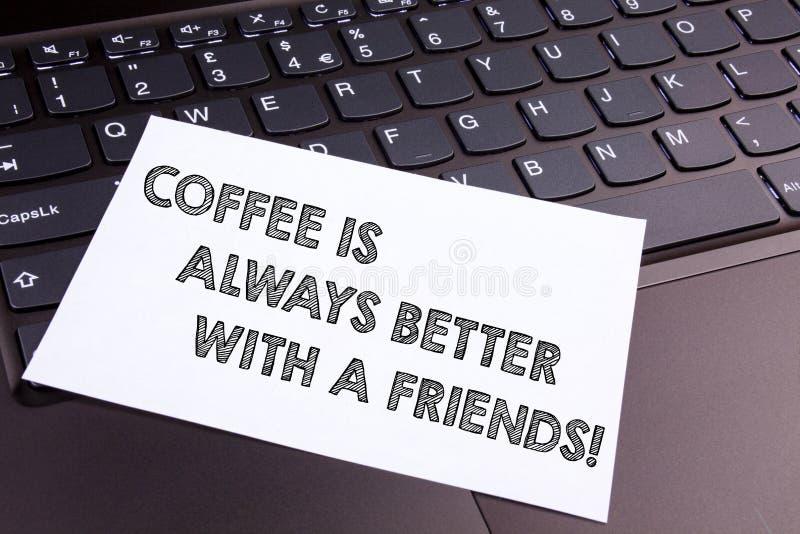 Het tekstteken die Koffie tonen is altijd Beter met Vrienden Conceptuele fotovergadering met geliefde te genieten van degenen royalty-vrije stock afbeelding