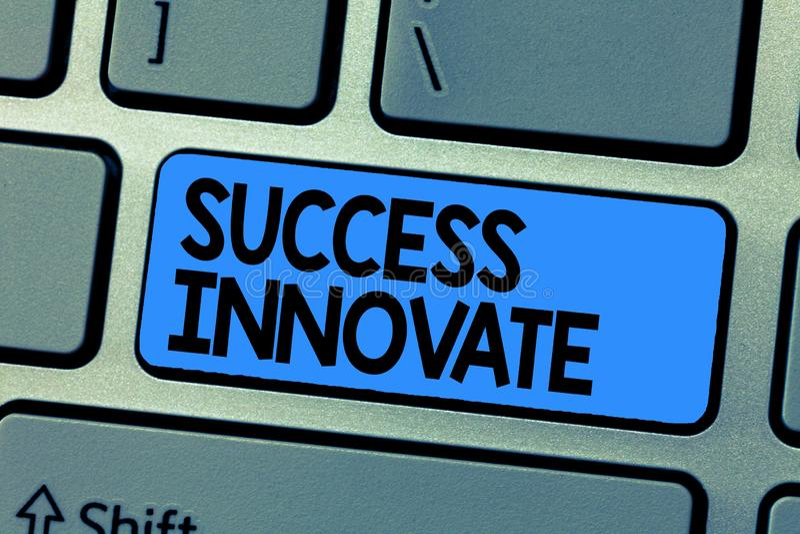 Het tekstteken die Succes tonen vernieuwt De conceptuele foto maakt organisaties aan marktinvloeden meer aanpassings stock afbeelding