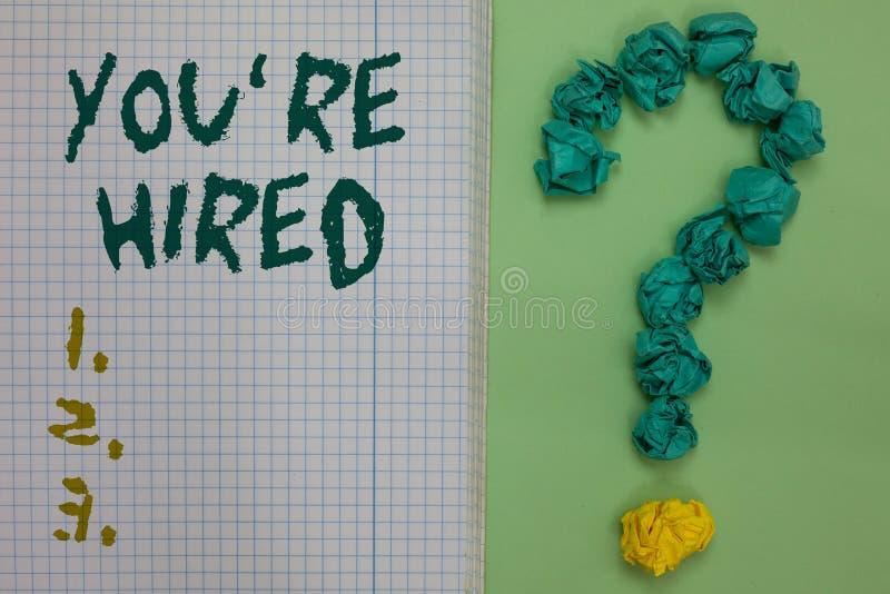 Het tekstteken die u tonen aangaande wordt gehuurd Conceptueel foto Nieuw Job Employed Newbie Enlisted Accepted Aangeworven Notit royalty-vrije stock foto's