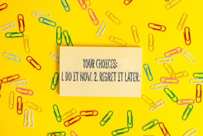 Het tekstteken die Uw Keuzen 1 tonen doet het 2 later betreurt het nu De conceptuele foto denkt eerst alvorens te beslissen royalty-vrije stock afbeelding