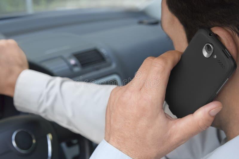 Het telefoneren van autobestuurder stock afbeeldingen