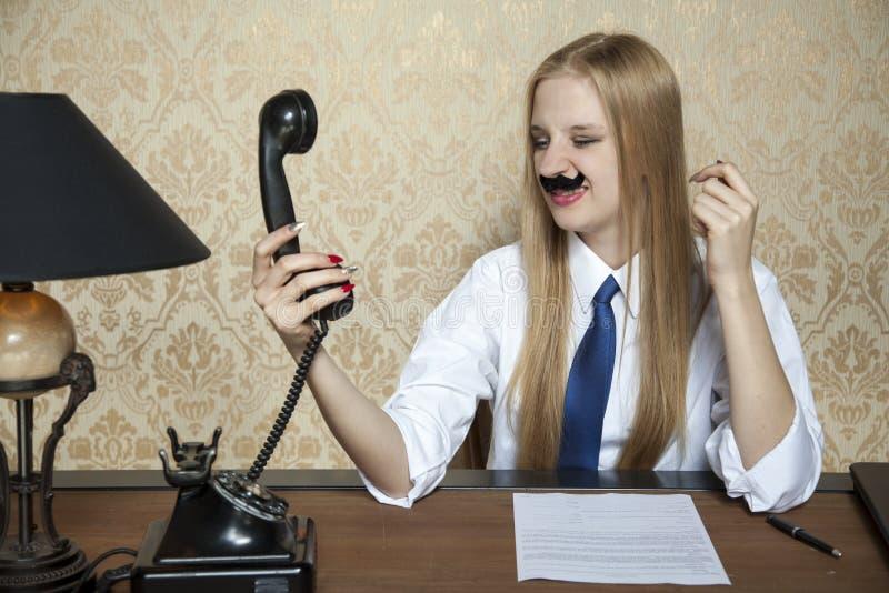 Het telefoongesprek leidt tot woede stock afbeeldingen