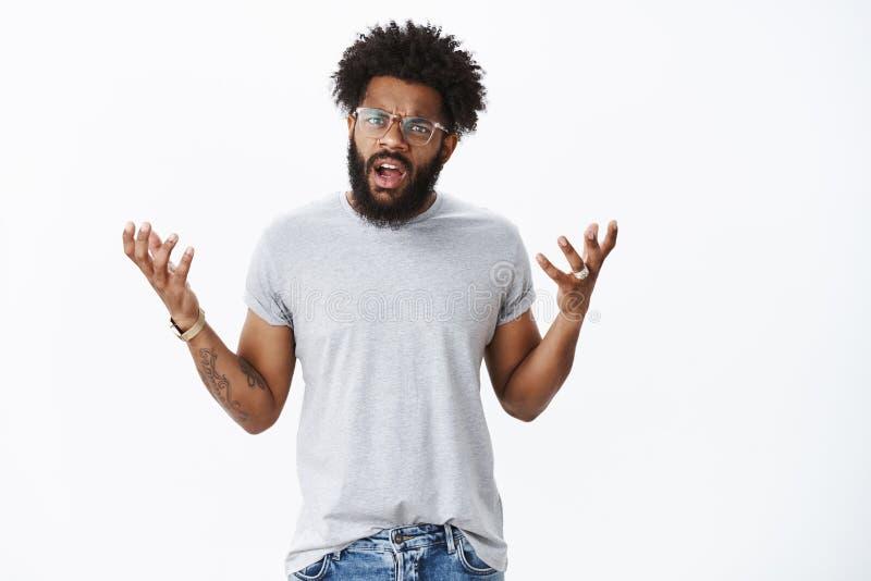 Het teleurgestelde klant debatteren die boos met de dienst zijn Portret van de ontstemde boze jonge Afrikaanse Amerikaanse mens b royalty-vrije stock afbeeldingen