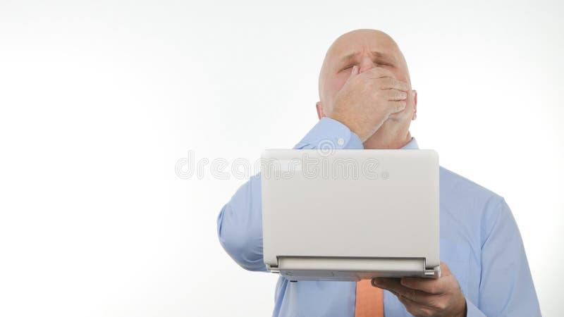 Het teleurgestelde Slechte Nieuws van Zakenmanuse laptop read en gesticuleert Verstoord stock fotografie