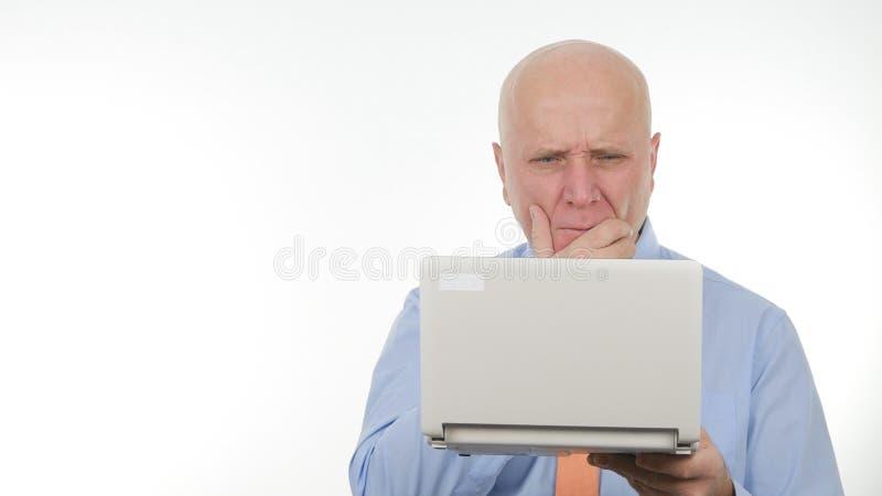 Het teleurgestelde Slechte Nieuws van Zakenmanuse laptop read en gesticuleert Verstoord royalty-vrije stock afbeeldingen