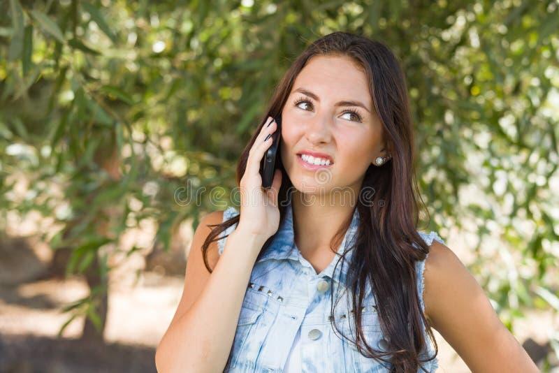 Het teleurgestelde, Verwarde Gemengde Wijfje die van de Rastiener op Slimme Telefoon spreken stock foto