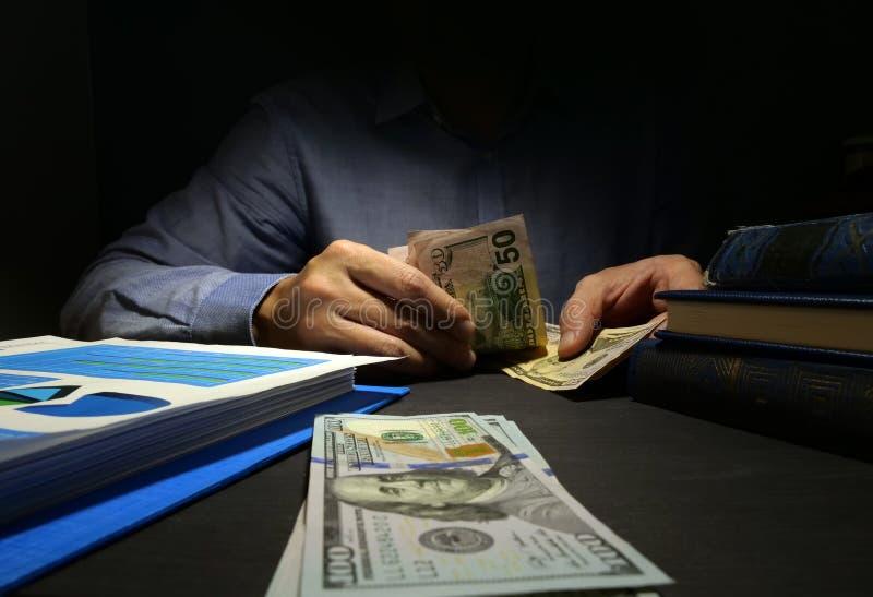 Het Tellende Geld van de mens  royalty-vrije stock fotografie