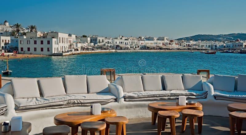 Het terras met het oog op de oude haven, Mykonos, Griekenland stock afbeelding