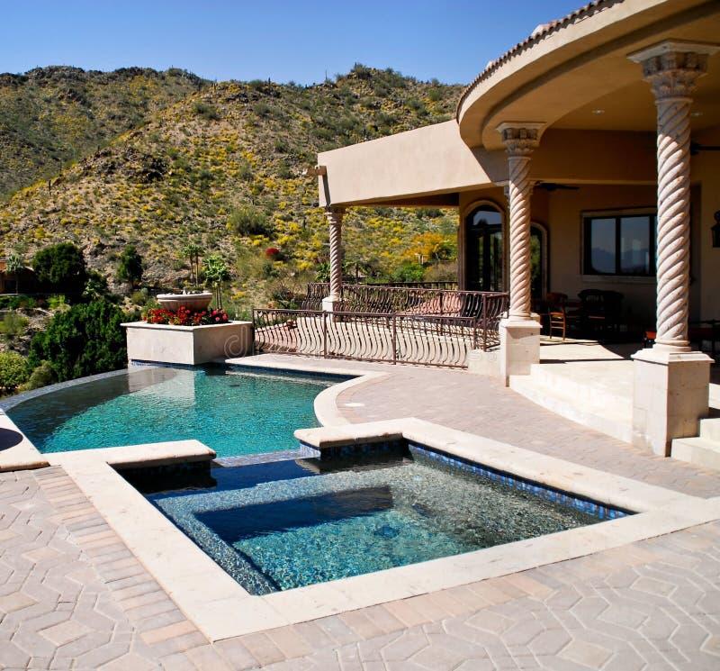 Het terras van de binnenplaats met pool en kuuroord royalty-vrije stock afbeelding