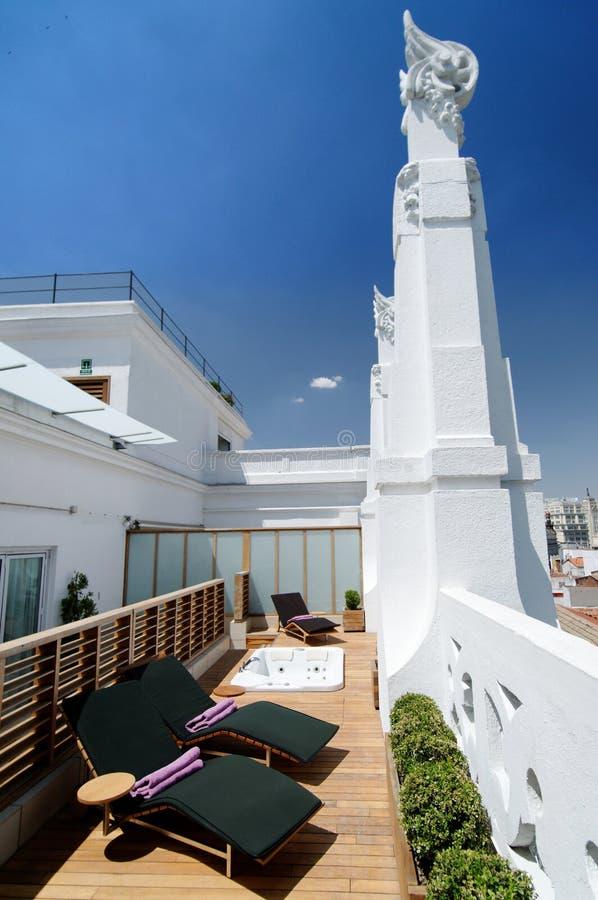 Het terras van de het hotelzon van de luxe stock afbeelding