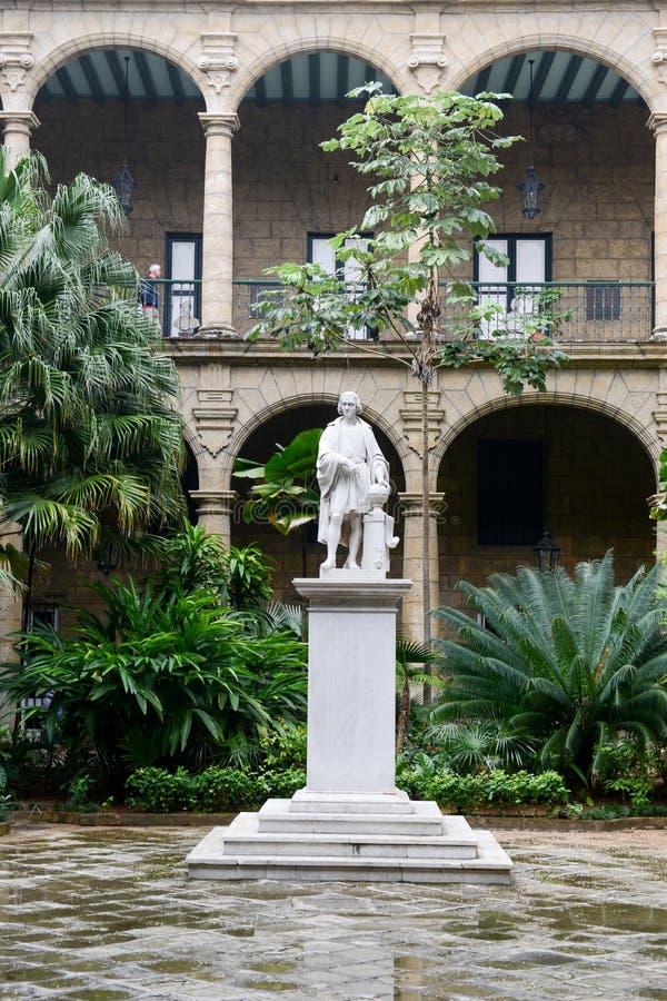 Het terras van een koloniaal huis in Plaza DE Armas in Oud Havana royalty-vrije stock afbeelding