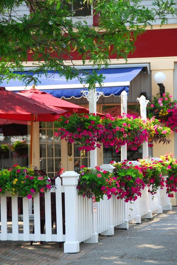 Het terras van het restaurant stock afbeelding