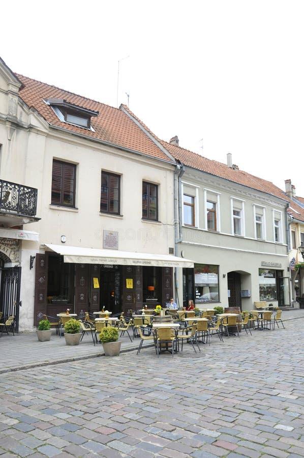 Het 21.2014-terras van Kaunasaugustus in het Historische Centrum Kaunas in Litouwen royalty-vrije stock foto's