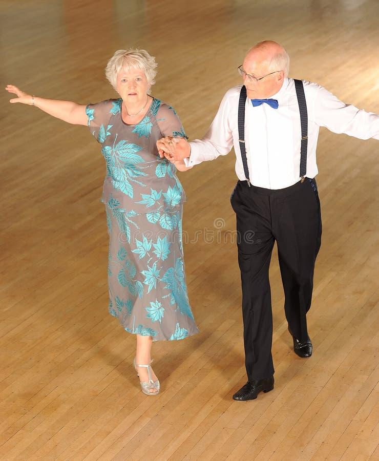 Het teruggetrokken Dansen van het Paar stock afbeelding