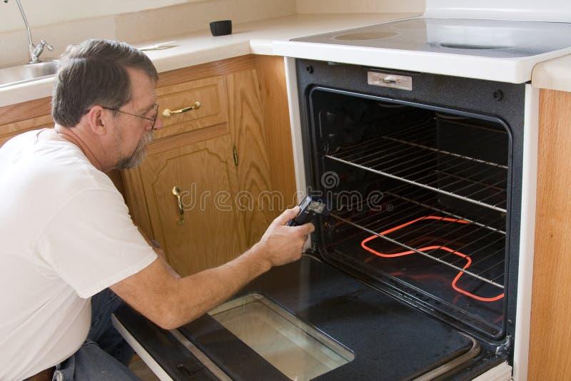 Het testen van de technicus fornuis & oven stock afbeeldingen