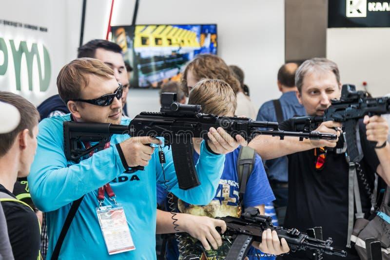 het testen van moderne wapens royalty-vrije stock foto