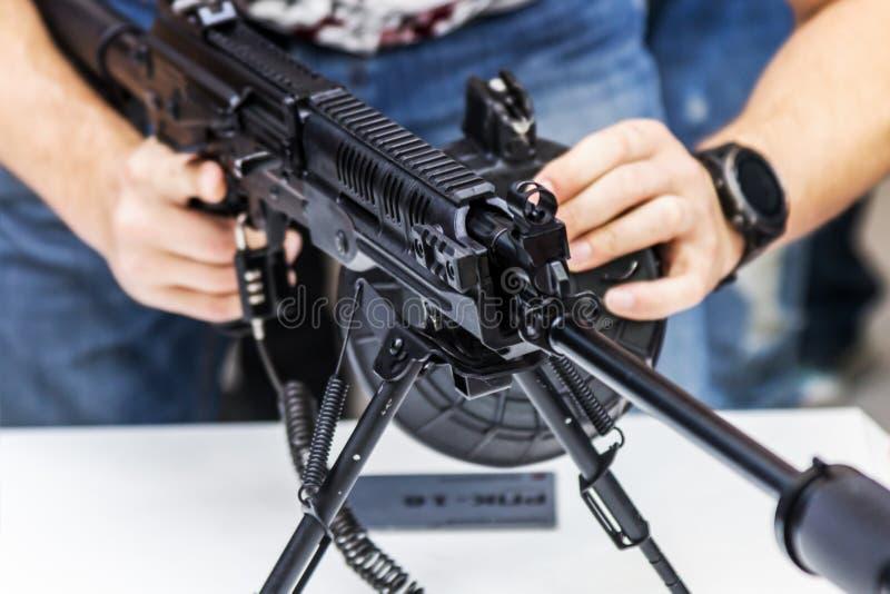 Het testen van moderne wapens en bewapening bij internationaal mil royalty-vrije stock foto's