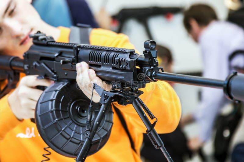 Het testen van moderne wapens en bewapening bij internationaal mil stock fotografie