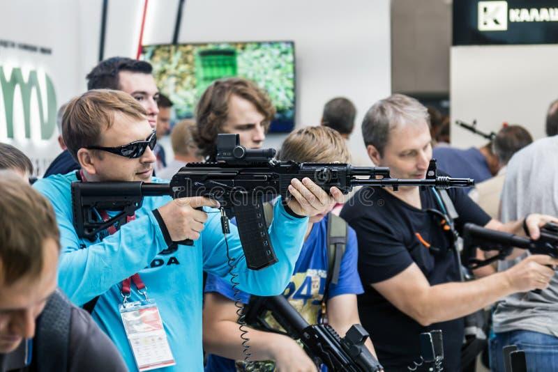 Het testen van moderne wapens en bewapening bij internationaal mil stock afbeeldingen