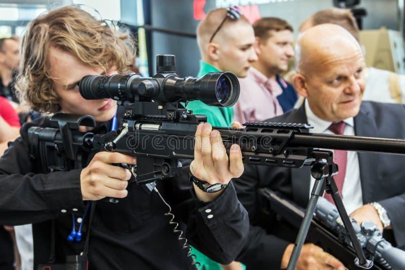 Het testen van moderne wapens en bewapening bij internationaal mil royalty-vrije stock foto