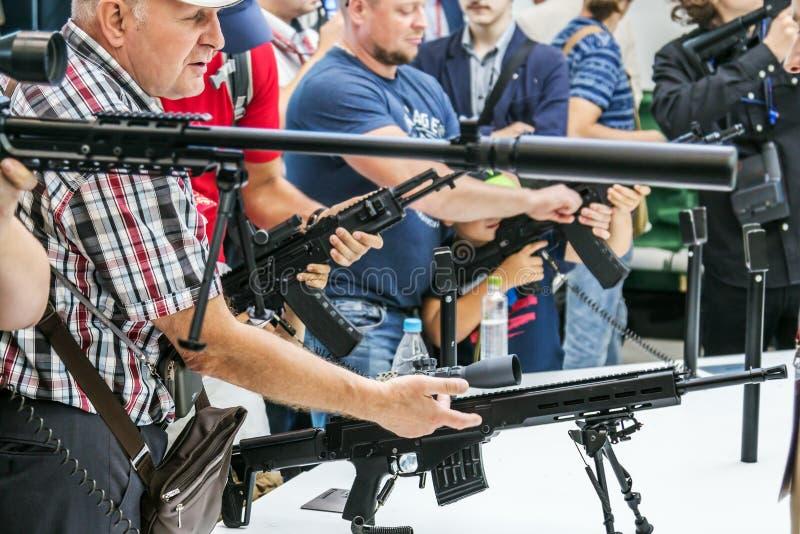 Het testen van moderne wapens en bewapening bij internationaal mil royalty-vrije stock afbeeldingen