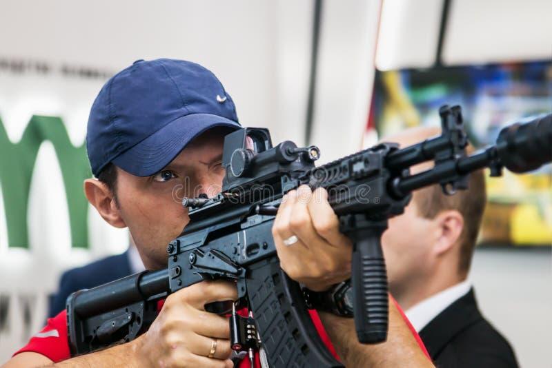 Het testen van moderne wapens en bewapening bij internationaal mil stock foto
