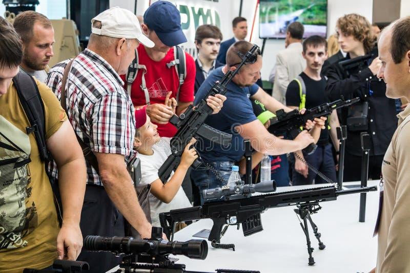 Het testen van moderne wapens en bewapening bij internationaal mil royalty-vrije stock fotografie