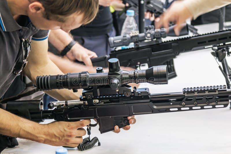 het testen van moderne wapens en bewapening bij internationale mi royalty-vrije stock foto