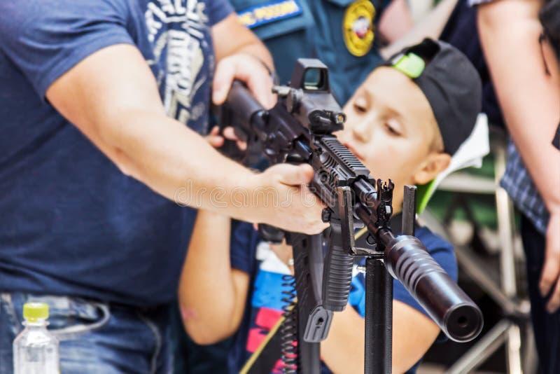 het testen van moderne wapens en bewapening bij internationale mi stock afbeelding