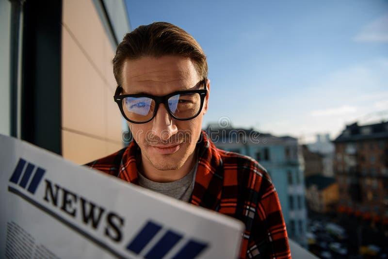 Het tevreden mens ontspannen op terras met het dagboek royalty-vrije stock foto's
