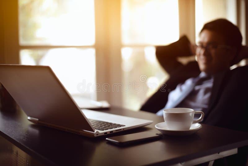 Het tevreden zakenman ontspannen stock afbeelding