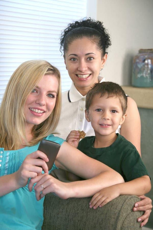 Het texting van de familie op celtelefoon royalty-vrije stock fotografie