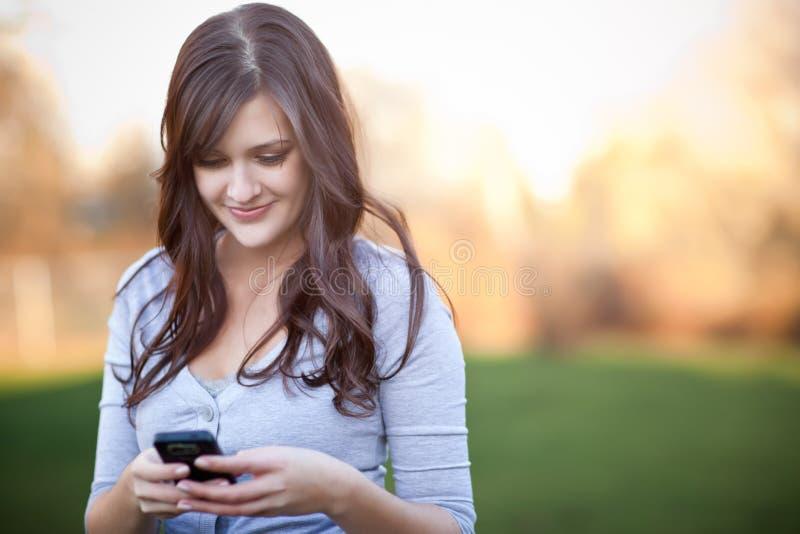 Het texting van de vrouw royalty-vrije stock afbeeldingen