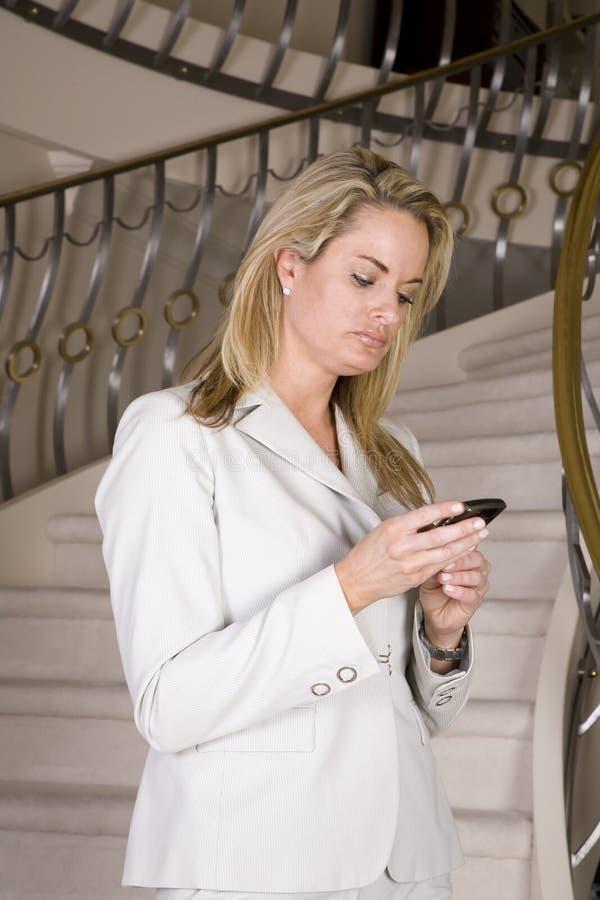Het texting van de vrouw op treden royalty-vrije stock afbeeldingen