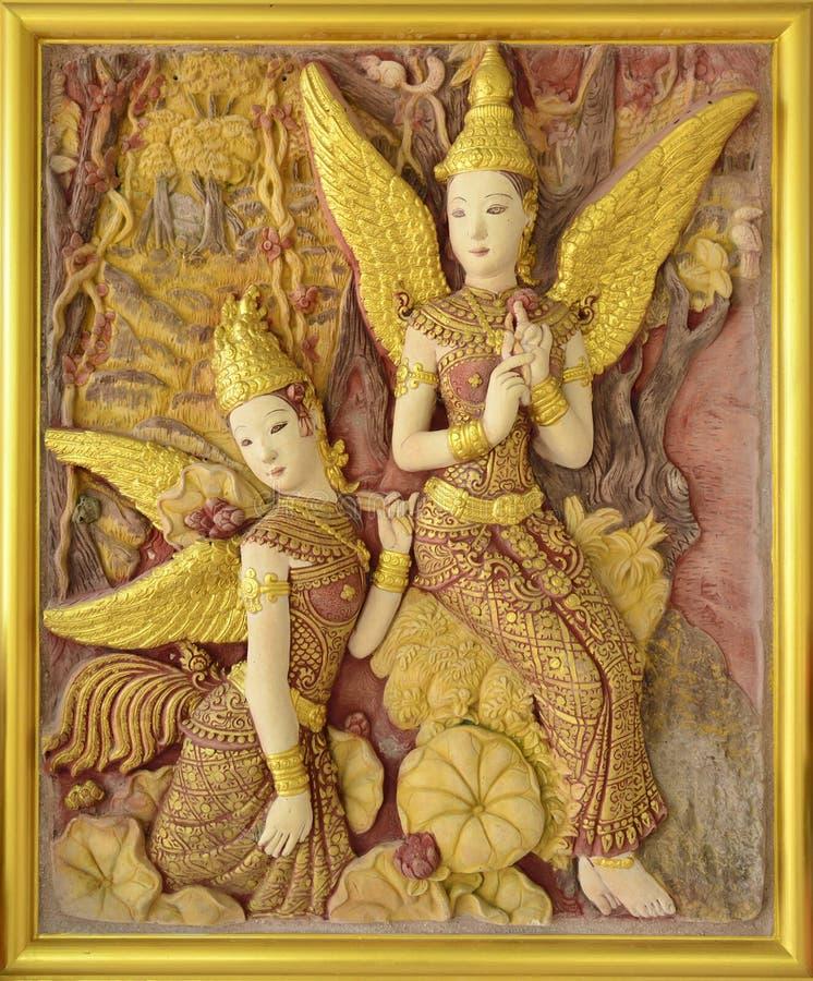 Het Thaise beeldhouwwerk van de traditie op tempelmuur. royalty-vrije stock fotografie