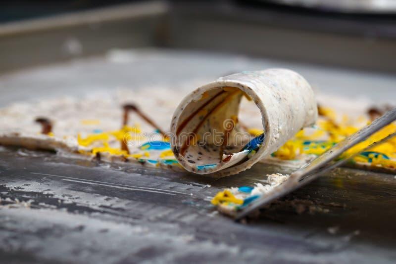 Het Thaise broodjesroomijs wordt gemaakt met de hand op de diepvriezer Zoete desser royalty-vrije stock foto