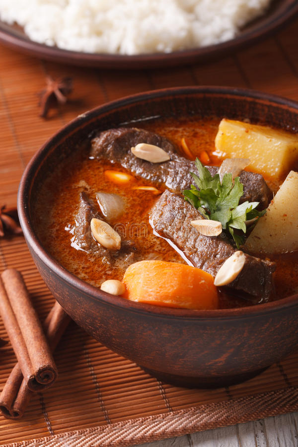 Het Thaise close-up van de rundvlees massaman kerrie op de lijst en de rijst Vertica royalty-vrije stock afbeelding