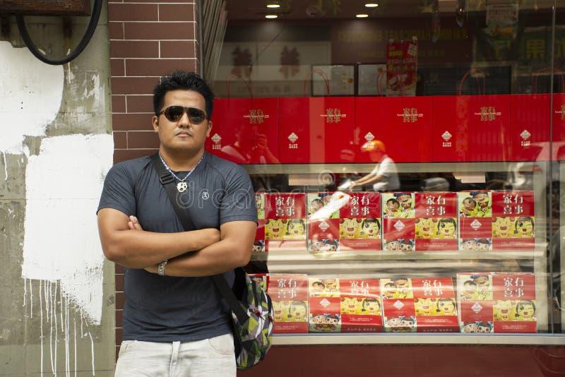Het Thaise de reisbezoek van mensenmensen en het stellen voor nemen foto bij de zoete Chinese stijl van de snackwinkel bij Teoche royalty-vrije stock foto's