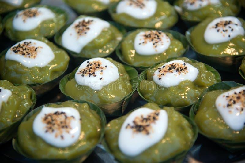 Het Thaise dessertsnoepje is Romige van het Kokosnotentapioca en Graan Pudding met kokosnoot royalty-vrije stock fotografie