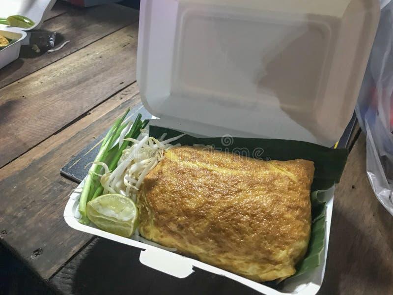 Het Thaise die voedselstootkussen Thai, beweegt gebraden gerechtnoedels met ei worden verpakt royalty-vrije stock foto's