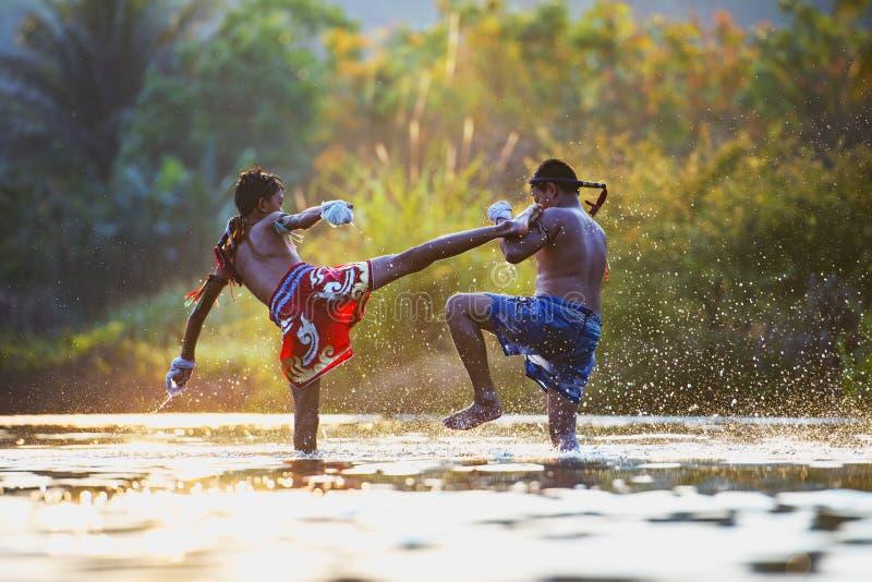 Het Thaise in dozen doen, het In dozen doen vechters openlucht trainning, Muay Thai stock foto