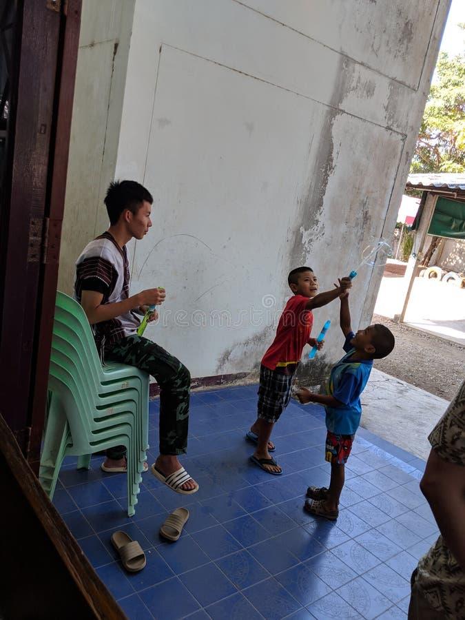 Het Thaise kinderen spelen stock foto