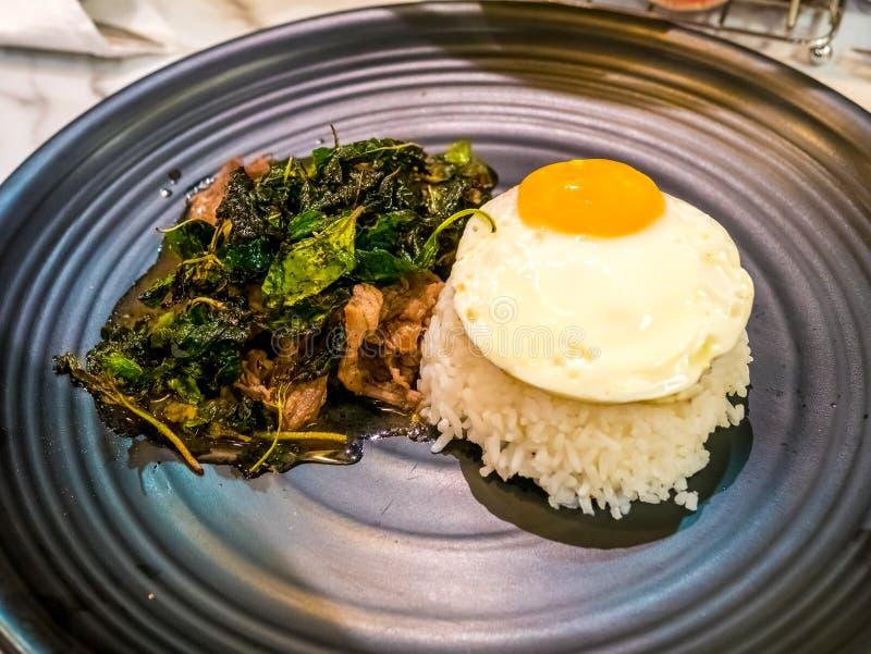 Het Thaise kruidige populaire beroemde rundvlees van het voedselbasilicum braadde rijstrecept met in brand gestoken ei Kao Pad Kr royalty-vrije stock foto