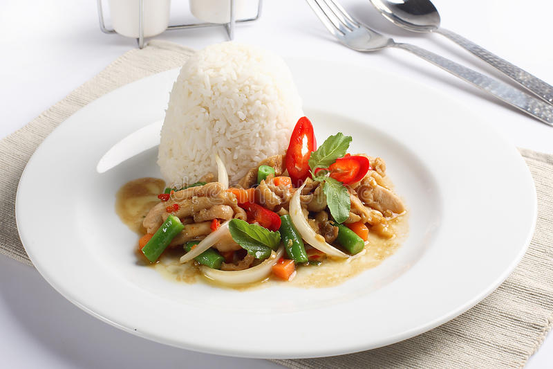 Het Thaise kruidige voedsel, beweegt gebraden kippenwhit basilicum op rijst royalty-vrije stock afbeeldingen