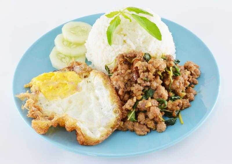 Het Thaise kruidige voedsel, beweegt gebraden varkensvleeswhit basilicum royalty-vrije stock fotografie