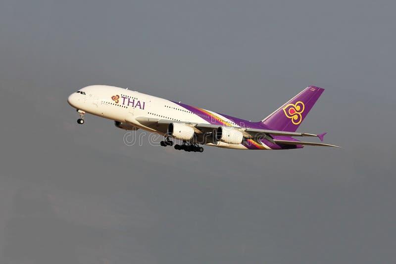 Het Thaise luchtroutesvliegtuig vliegen stock fotografie