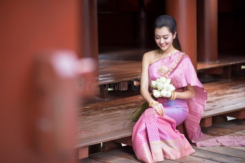Het Thaise meisje kleedt Thais traditioneel kostuum in traditionele Thai royalty-vrije stock afbeelding
