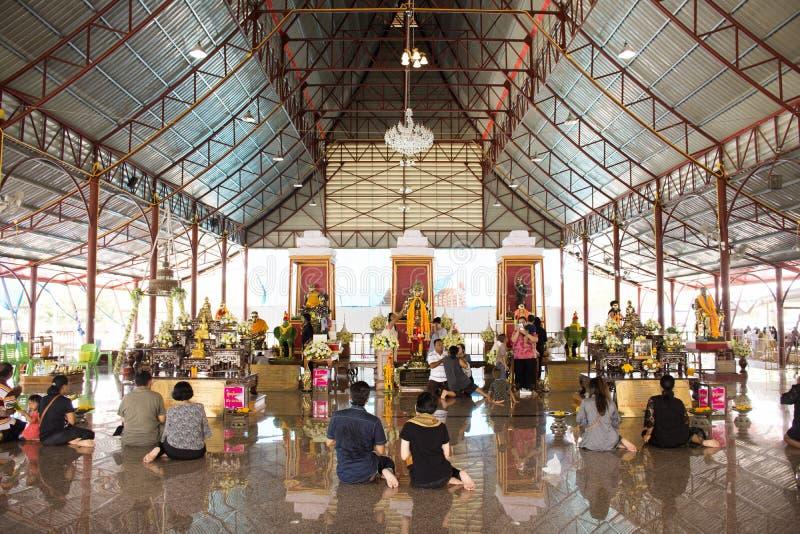 Het Thaise mensen bidden en de rite kopen het aanbieden met een gelofte aan Ai Kai Kuman Thong in Wat Chedi terug stock afbeeldingen