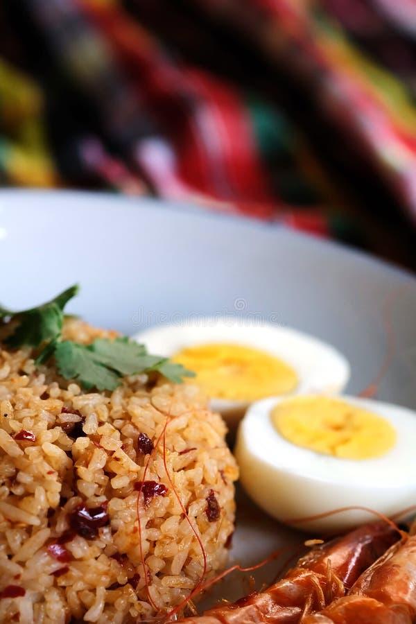 Het Thaise Spaanse peperdeeg braadde rijst, schrijven het gekookte ei en de zoete garnalen op witte plaat en de ruimte voor verwo royalty-vrije stock afbeelding