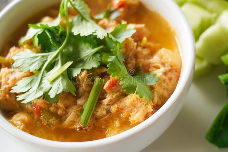 Het Thaise traditionele gezonde heerlijke geroosterde deeg van de vissenspaanse peper met kant gekookte groenten stock foto